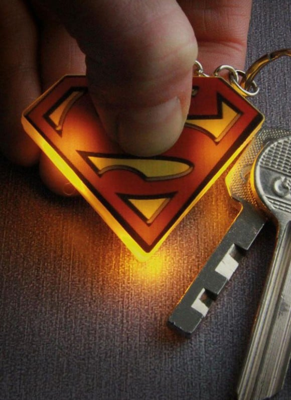 DC-Comics-Light-Up-Keychain-Superman-Logo_1
